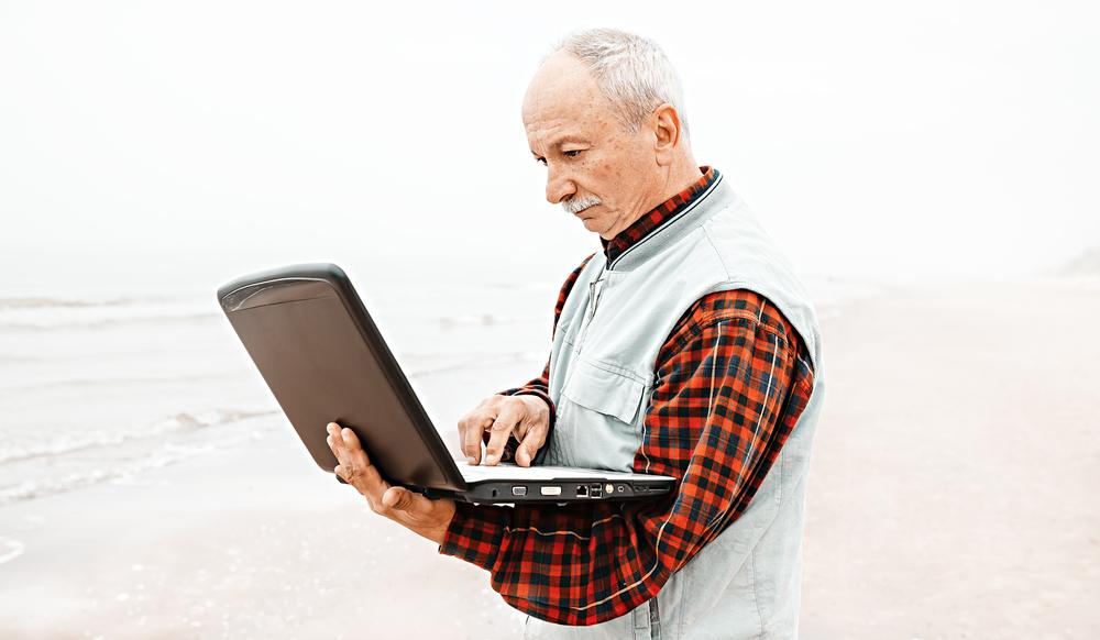 Gli anziani italiani sul web: pochi ma social